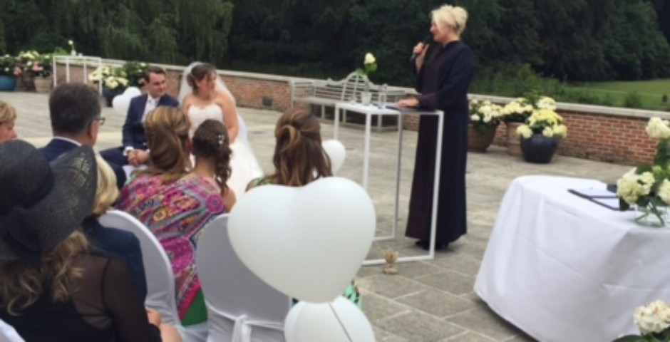 Ceremonie buiten op het bordes van Kasteel Brasschaat...